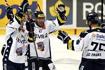 Hokejisté Vítkovic (zleva) Erik Němec, Petr Strapáč, Peter Húževka a Richard Stehlík se radují z gólu proti Chomutovu.