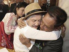 Šťastní členové vybraných jihokorejských rodin se setkali poprvé od Korejské války.