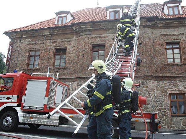 Hasiči z Klatov museli ve středu 7. září 2011 před polednem zasahovat v tamní Jiráskově ulici, kde u komína začala hořet střecha objektu, v němž mimo jiné sídlí pizzerie. Požár výrazně zkomplikoval i dopravu v centru města, ulice totiž byla neprůjezdná.