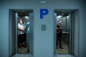 Lidé s rouškami v liberecké nemocnici