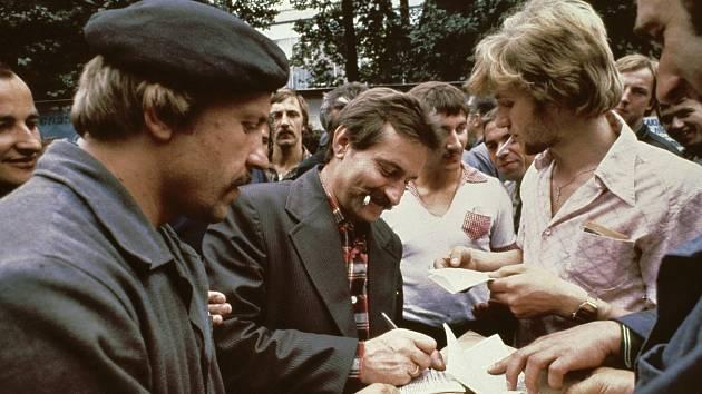 Lech Wałęsa (uprostřed), zakladatel nezávislých odborů Solidarita a aktivista za lidská práva