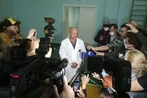 Anatolij Kaliničenko, zástupce ředitele nemocnice v Omsku, kde je hospitalizovaný ruský opoziční předák Alexej Navalnyj, hovoří s novináři