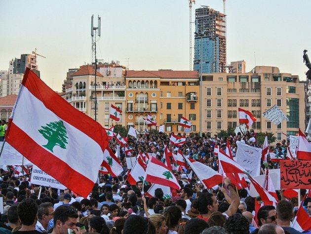 Několik desítek Libanonců dnes v Bejrútu vtrhlo na ministerstvo životního prostředí a požadovalo odstoupení ministra Muhammada Mašnúka.