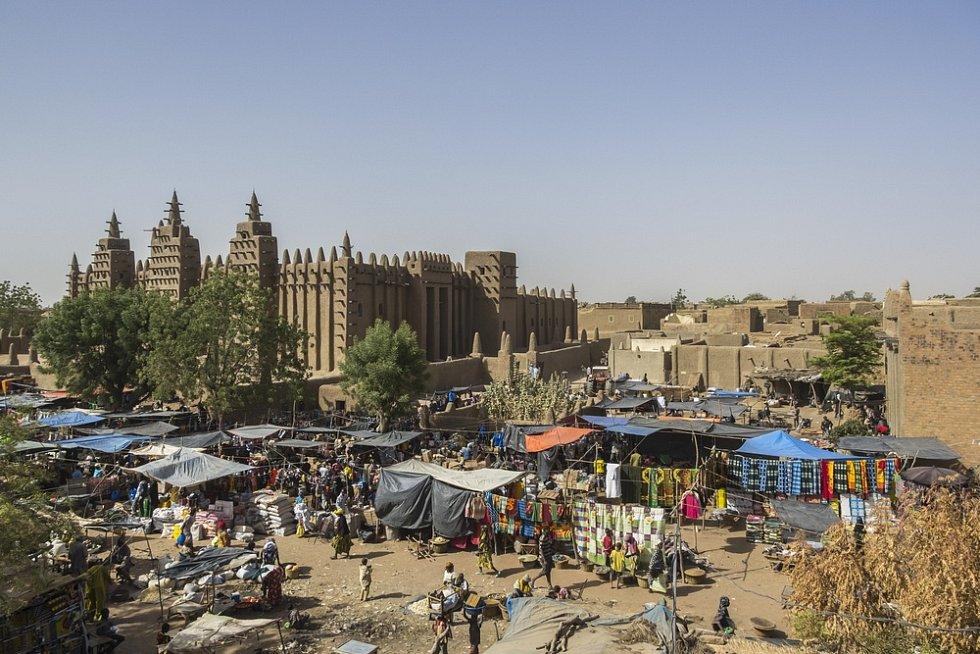 Mešita a trh ve městě Djenné v Mali
