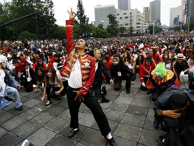 Při příležitosti nedožitých jednapadesátých narozenin Michaela Jacksona zatančilo v Mexiku na jeho skladbu Thriller přes 12 000 lidí. Jde o nový světový rekord.