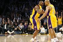 Kobe Bryant (vlevo) slaví s Derekem Fisherem vítězství Lakers nad Houstonem.