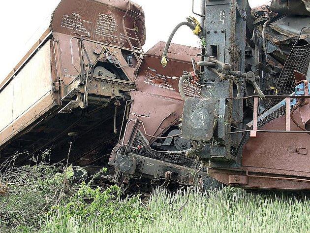 Traťmistra a vrchního mistra, kteří byli odpovědní za kontrolu trati u Topolan na Vyškovsku, kde v neděli vykolejil nákladní vlak, odvolala Správa železniční dopravní cesty. Důvodem je jejich možná spoluúčast na vzniku příčiny nehody.