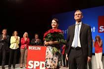 Volby v německé spolkové zemi Berlíně vyhrála podle předběžných oficiálních výsledků sociální demokracie (SPD) s 21,6 procenta hlasů před Křesťanskodemokratickou unií (CDU) kancléřky Angely Merkelové se 17,6 procenta.