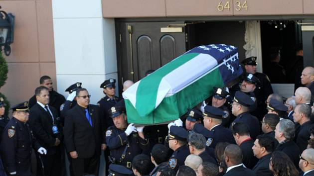 Dnešního pohřbu Rafaela Ramose, jednoho ze dvou policistů, které před týdnem v newyorské čtvrti Brooklyn zastřelil útočník, se zúčastnily desetitisíce lidí.