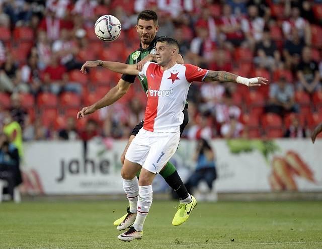 Slávista Nicolae Stanciu v souboji s hráčem Budapešti.