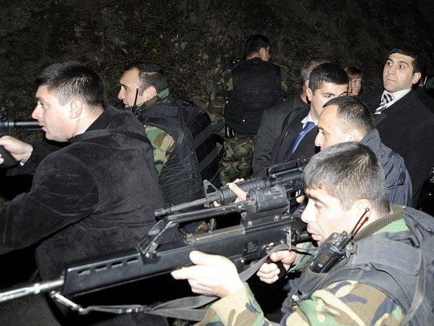 Příslušníci bezpečnosti připravení chránit prezidenty Kaczyńského a Saakašviliho poté, co se ozvala střelba na hranici.