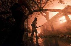 Kalifornii na západním pobřeží USA trápí požáry