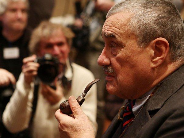 Karel Schwarzenberg při sledování voleb 12.ledna vPraze.