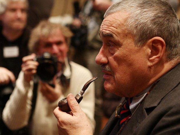 Karel Schwarzenberg při sledování voleb 12. ledna v Praze.