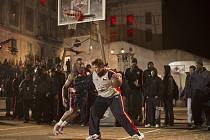 Basketbalista Lukáš Kraus (vpravo) a CJ Johnson na turnaji Red Bull King Of The Rock, který se konal ve věznici Alcatraz.