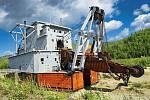 Připomínka éry průmyslové těžby zlata, těžební rypadlo Dredge u potoka Bonanza.