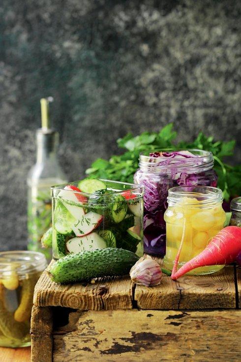 Dvě procenta kuchyňské soli na hmotnost nakládané zeleniny zajistí, že se v potravině nebude dařit nechtěným návštěvníkům.