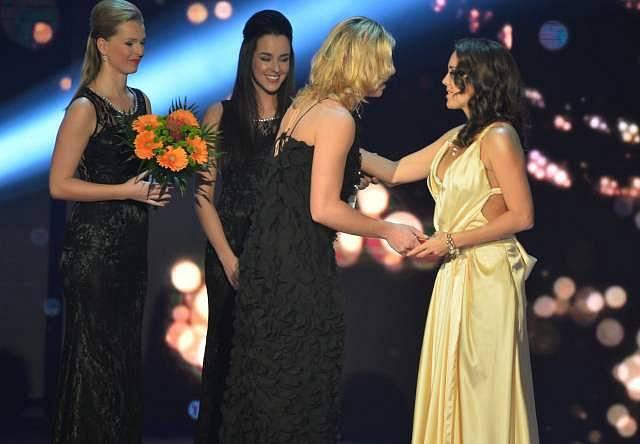 Druhé místo v kategorii zpěvaček získala Lucie Vondráčková (vpravo). Cenu jí předala Ester Ledecká.