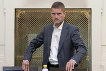 Bývalý předseda představenstva investiční společnosti Key Investments (KI) Daniel Brzkovský stanul 6. srpna 2020 před senátem Městského soudu v Praze. Tři bývalí členové představenstva KI podle obžaloby způsobili klientům škodu v řádu stamilionů korun
