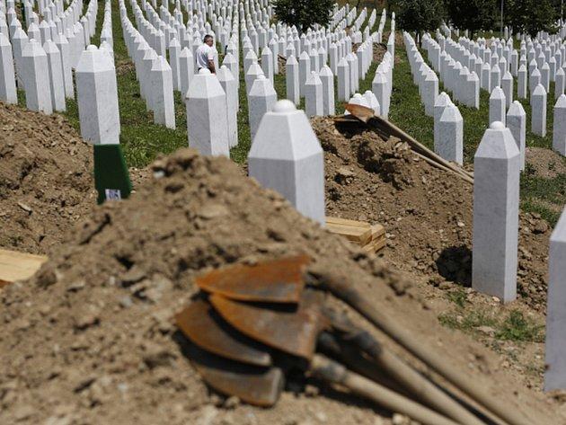 Pietního aktu v bosenské Srebrenici přesně dvacet let po masakru se kromě přeživších zúčastní desetitisíce lidí a delegace z více než 80 zemí.