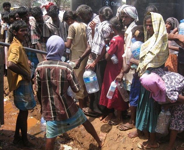 Ve válečné zóně na Srí Lance uvízly desetitisíce civilistů