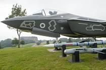 Letouny F-35 jsou považovány za nejpokročilejší víceúčelové stíhačky současnosti. Stroje jsou mimo jiné vybaveny technologií stealth, což znamená, že jsou za určitých podmínek pro radary neviditelné.