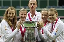 Český fedcupový tým (zleva) Petra Kvitová, Andrea Hlaváčková, kapitán Petr Pála, Lucie Hradecká a Lucie Šafářová se raduje ze zisku slavné trofeje.