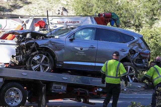 Golfista Tiger Woods utrpěl při úterní těžké autonehodě otevřené zlomeniny pravé nohy. Takto zrušil své SUV.