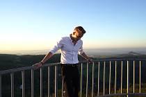 Timmy White při natáčení klipu k písni Never Stop Trying na Varhošti