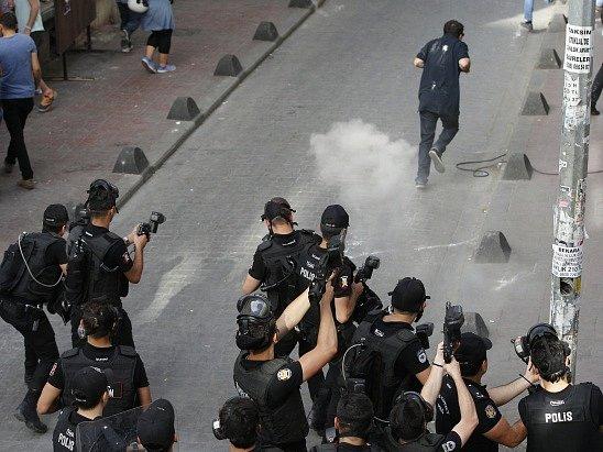 Slzným plynem a gumovými projektily rozehnala dnes turecká policie shromáždění homosexuálů.