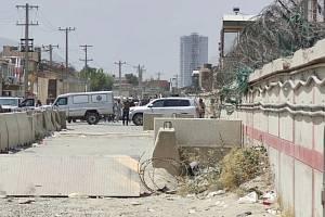 Velitel ochranného týmu Vojenské policie (zády s rukama nahoře) vyjednává na kontrolním stanovišti Tálibánu v Kábulu propuštění části afghánských spolupracovníků České republiky