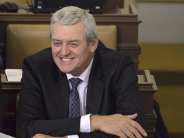 V úvodu úterní mimořádné schůze složil slib Zdeněk Syblík, jenž v dolní komoře nahradil středočeského hejtmana Miloše Peteru (oba ČSSD).