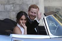 Britský princ Harry a jeho manželka Meghan opouštějí zámek ve Windsoru.