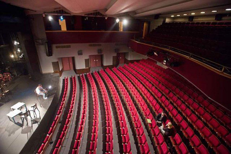Ruší se premiéry filmů, zavírají divadla, jiné akce se přesouvají