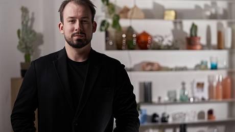 Designér Jakub Pollág: Sklo mne fascinuje, je to úplně specifický materiál. Říká se, že není v tuhém stadiu, ale v kapalném, přitom teče tak strašně pomalu, že to nikdo nemůže vidět.