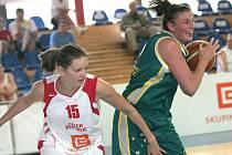 Basketbalistka Vítečková (vlevo) se snaží ubránit Australanku Grimaovou.
