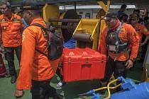 Černá skříňka z indonéského Boeingu, kterou našli potápěči na dně moře.