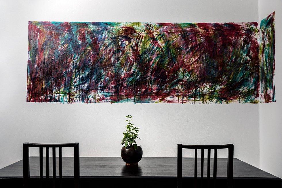 Stůl od Kare design a má nástěnná malba.