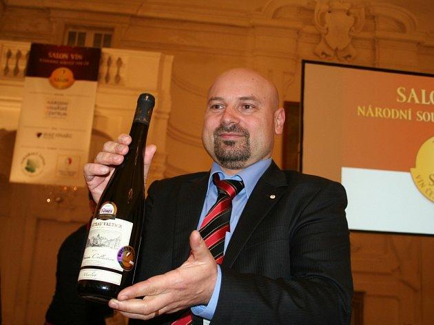 Merlot, výběr z hroznů 2012, barrique z vinařství Chateau Valtice – Vinné sklepy Valtice se stal šampionem prestižní soutěže Salon vín.