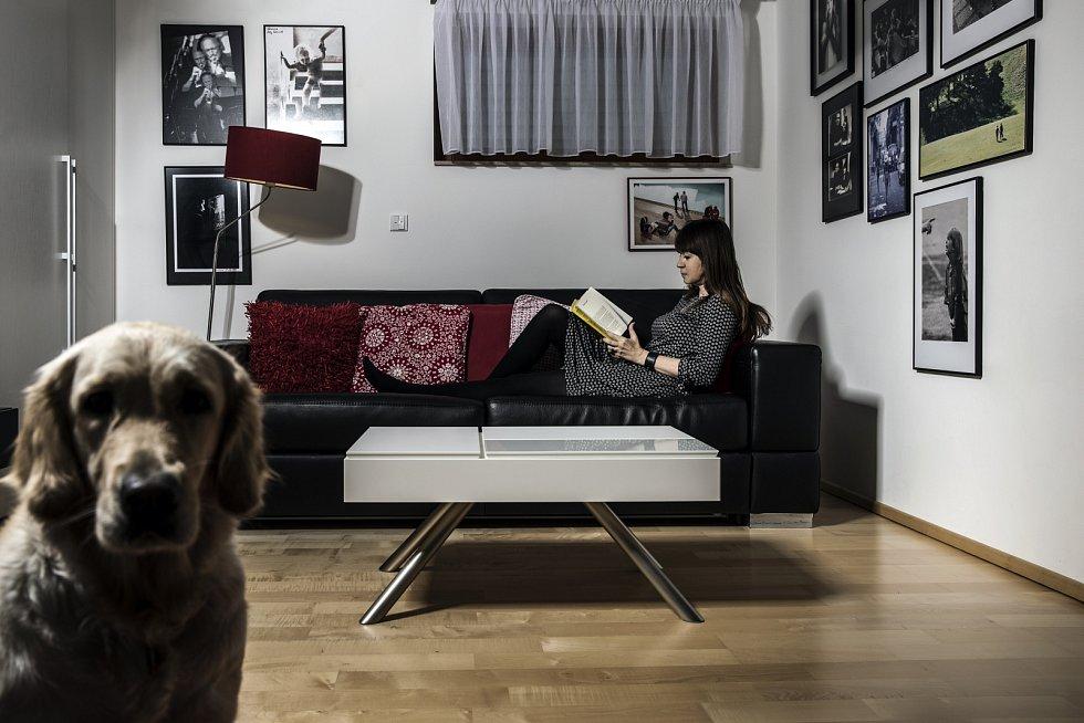 Veronika Souralová relaxuje u knih.
