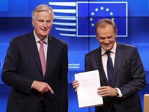 Michel Barnier předal předsedovi Evropské rady Donaldu Tuskovi návrh dohody o odchodu Británie z EU.