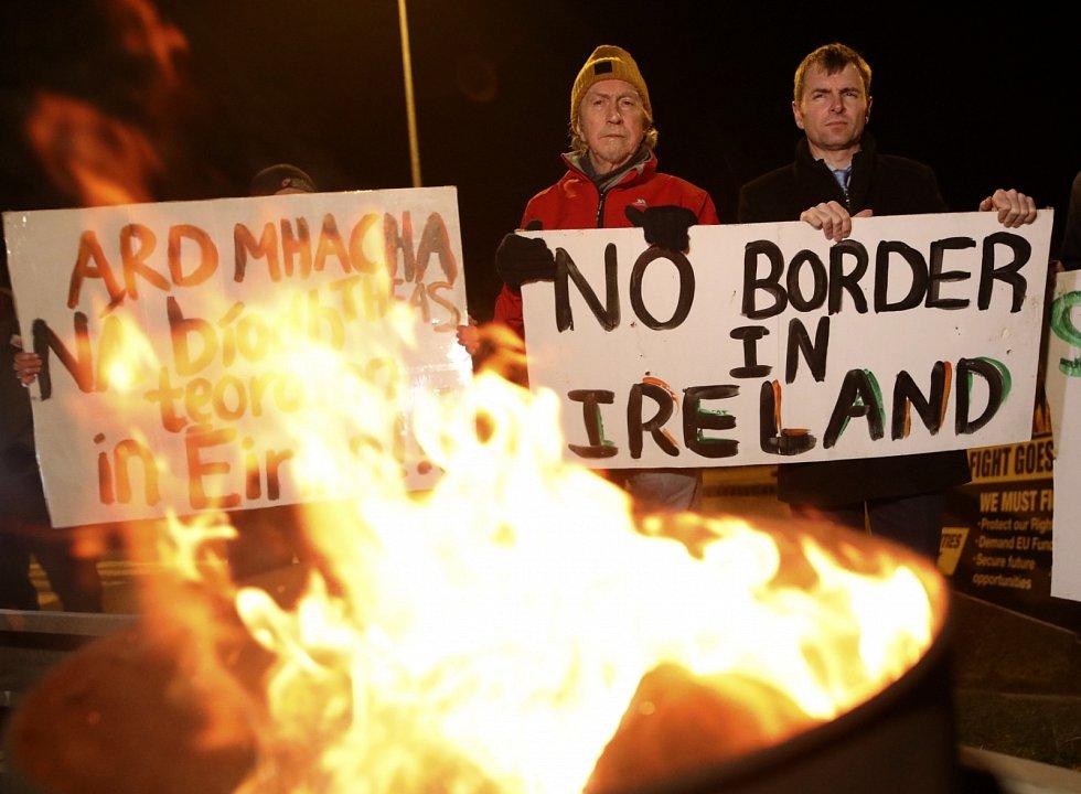 Do ulic ale vyrazili také odpůrci brexitu. Někteří se obávají vzniku pevné hranice mezi Irskem a Severním Irskem.