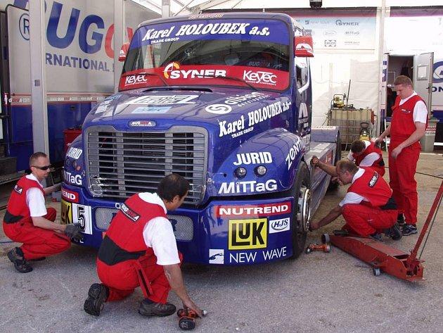 O truck Davida Vršeckého se stará sehraný kolektiv mechaniků.