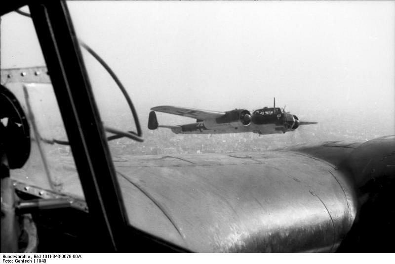 Útok v těsné formaci. Pohled směrem k levé zadní části pilotova sedadla