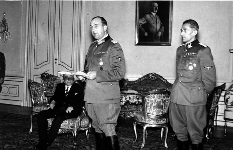 Karl Hermann Frank  (vpravo) s Kurtem Daluegem a Emilem Háchou (sedícím v pozadí)