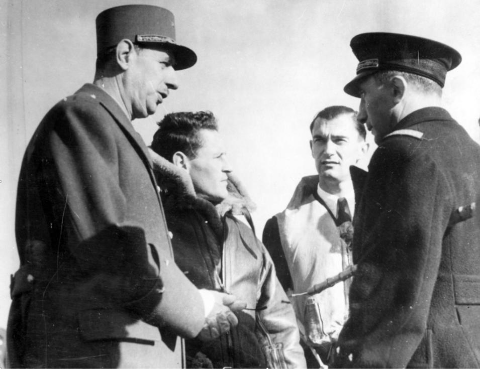 Charles de Gaulle s francouzskými letci Philippem de-Scitivaux, Reném Mouchottem a Martialem Valinem