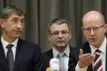 Zprava předseda ČSSD Bohuslav Sobotka, místopředseda strany Lubomír Zaorálek a předseda hnutí ANO Andrej Babiš.