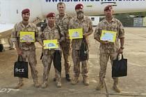 Náčelník generálního štábu armády Josef Bečvář (uprostřed) navštívil 5. prosince české vojáky v Mali, aby v předvánoční době ocenil jejich práci.