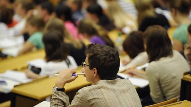Studenti na přednášce, vysoká škola, univerzita, posluchárna - ilustrační foto