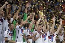 Bastian Schweinsteiger s trofejí pro mistry světa.
